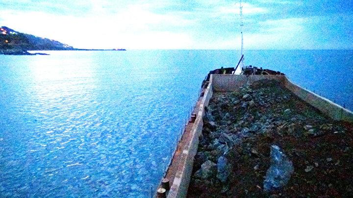 Proje sahasına 3 kilometre mesafedeki Kanlımezra ve 7 kilometre uzaklıktaki Tektaş taş ocaklarından kamyonlarla taşınan taşlar, bağlantı yolu ile denize dökülüyor.