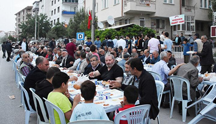 Görev yaptıkları bu camide Süleyman Türkmaninin vasiyeti ve amaçlarına uygun görev yapmaya çabaladıklarını anlatan Kaya, şunları kaydetti: