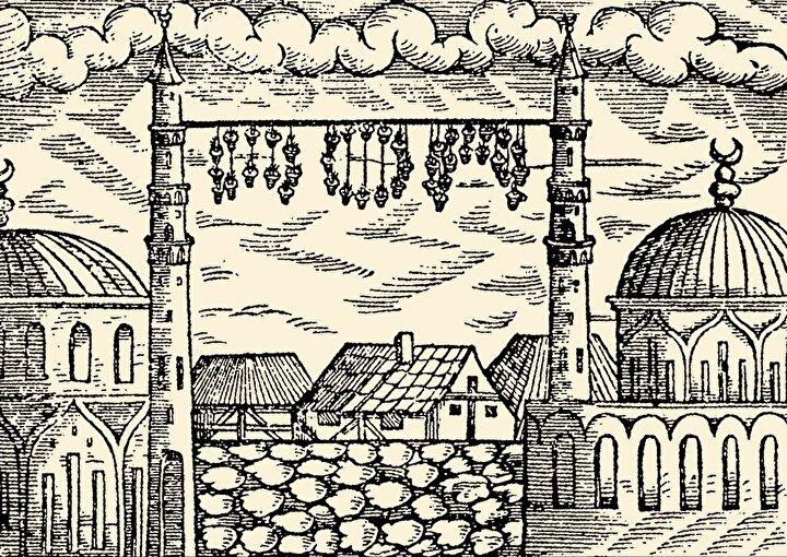 Kadir gecelerinde minarelerin şerefenin altına kadar aydınlatılmasına kaftan giydirmek, teravihten sonra kandil ipinin cami avlusuna gönderilmesine ise kandil uçurma adı verilirdi. Ayrıca İstanbul halkı mahya kurulurken yazılar peyderpey oluştuğundan çıkacak yazıyı tahmin etmeye çalışır, bunu bir eğlenceye dönüştürürlerdi. Mahyaların en çok beceri isteyeni gezdirme mahyaydı. Bu mahya çeşidinde kandillerden çeşitli resim ve şekiller yapılır, bu şekil ve resimler ipler yardımıyla minareler arasında gezdirilirdi. Minareler arasına Ramazanın on beşine kadar yazılar, on beşinden sonraysa resimler asmak adetti.