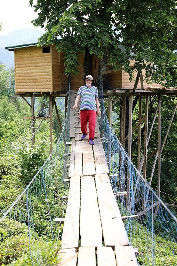 Çelik halat üzerine kurulan 20 metre uzunluğundaki asma köprü ile çıkılıp inilen ev, ahşap direklerle desteklendi. Kaba, eve ise Lazcada can yoldaşım anlamına gelen Şurimşine adını koydu.