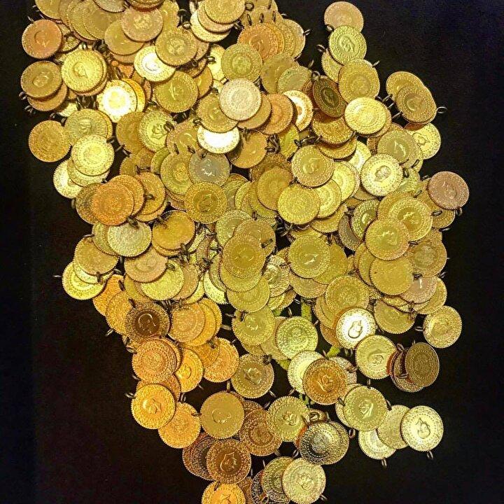 """Altın alırken dikkat ettiğini söyleyen Necati Duyar isimli vatandaş ise """"Piyasada sahte altın düğün sezonunda fazlasıyla karşımıza çıkıyor. Bunun için de tanıdık bildik sarrafın yanına geliyorum..."""