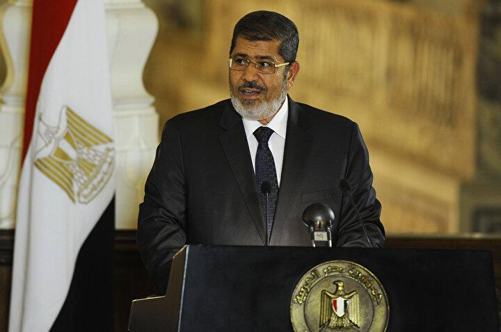 Mısırın demokratik yollarla seçilmiş ilk Cumhurbaşkanı Muhammed Mursinin cenazesinin defnine, ailesi ile avukatından başka kimsenin katılmasına izin verilmedi.