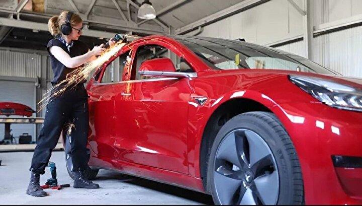 Simone Giertz isimli YouTuber, Elon Muskın yeni Tesla kamyonet modelini beklemekten sıkıldığı için ilginç bir şey yaptı.