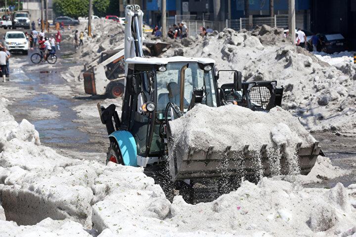 Hava sıcaklığının yaklaşık 29 derece olduğu kentin buzla örtülmesi alışılmadık görüntülere neden oldu.Kentte daha önce de dolu fırtınaları olmuştu ancak bu kadar şiddetlisi çok ender yaşanıyor.
