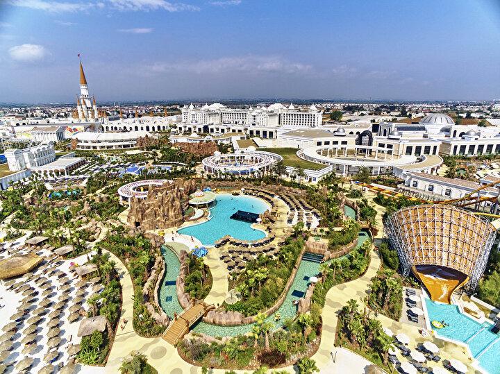 Bu yıl rekorların kırıldığı Antalya turizminde lüks segment olarak adlandırılan villalar, kral daireleri ve süper lüks süitlere ilgi ciddi oranda arttı. Bu villa ve kral dairelerinin gecelik fiyatları 5 bin ila 20 bin dolar arasında değişiyor. Bazı otellerde villanın bir günlük fiyatı 105-110 bin TLyi buluyor.