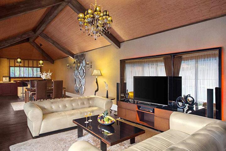 IC HOTELS RESIDENCE:65 metrekareden başlayan Lake, Lake Deluxe, Bali Junior, Bali, Bali Deluxe ve Superior Deluxe Villa olmak üzere 44 villanın bulunduğu otelde en lüks villa 396 metrekareyle Superior Deluxe Villa. Üç yatak odasına sahip, özel havuzlu bu villada gecelik fiyat 4 bin 500 Euro. IC Green Palace Hotelin kral dairesi ise gecelik 2 bin 500 TL.AKRA HOTEL:Kent merkezi Lara bölgesindeki Akra Hotelde bir kral dairesi bulunuyor. En üst katta 210 metrekare iki oda, bir salon, kendi mutfağı, havuzu ve şezlongu, kütüphanesi bulunan Panorama Suite, Beydağları ve Akdeniz manzarası sunuyor. Geceliği ise 8 bin 900 TL. Otelde 135 metrekarelik Ocean Suite, 98 metrekarelik İnfinity Suite ve 65 metrekarelik Mediterranean Suite de lüks segmente hitap ediyor.RIXOS DOWNTOWN:Rixosun kent merkezi Konyaaltı sahilinde bulunan şehir oteli Downtownun en üst katında bulunan 128 metrekarelik King Suite, Akdeniz ve Beydağları manzarası sunuyor. 2 yatak odası ve bir salondan oluşan kral dairesinde gecelik konaklama fiyatı ise 700 eurodan başlıyor.