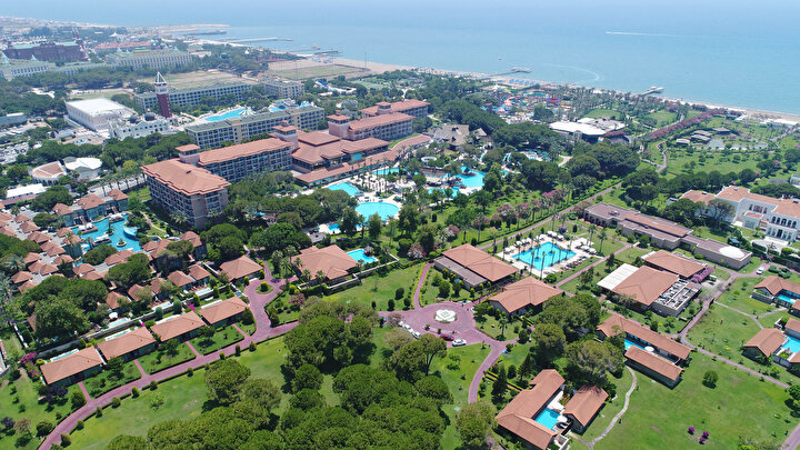 Turizmde Herşey Dahil (HD) sistem uygulamasıyla dünyada bir numara olan Antalya, Kaştan Gazipaşaya kadar 640 kilometrelik sahilleri ve mavi bayraklı 202 plajıyla dünyada ilk sırada yer alıyor. Kent, 5 yıldızlı otellerde kral daireleri, birbirinden lüks süitler ve özel villalarıyla da nitelikli turizm alanında dikkat çekiyor.