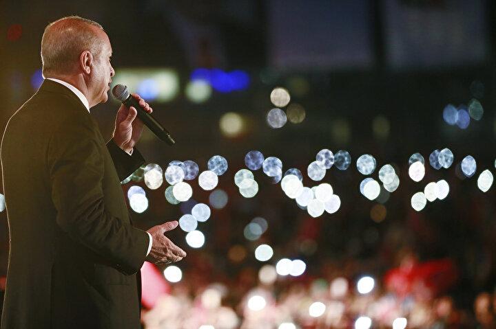 Buluşmanın gerçekleşeceği Atatürk Havalimanı Devlet Konukevi önündeki apronda vatandaşlar, ellerinde Türk bayraklarını sallayarak, Erdoğana destek tezahüratları yaptı.