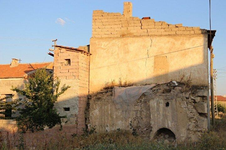 Nevşehirin Avanos ilçesine bağlı Çalış beldesinde bir evin bahçesinin çökmesi sonrasında ortaya yeraltı şehri çıktı.