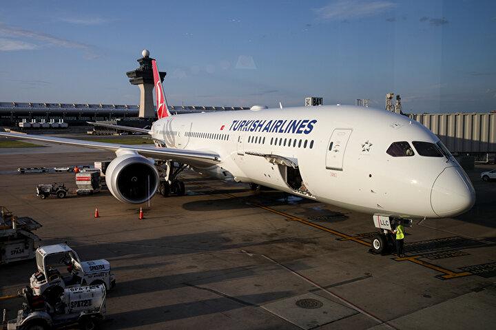 Havalimanına alkışlarla ilk inişini yapan uçak, pistte itfaiye araçlarının su takı töreniyle karşılandı.THY yetkilileri, İstanbuldan tamamen dolu olarak gelen ilk 787-9 Dreamlinerın Washingtondan tamamen dolu olarak İstanbula döneceğini belirtti.