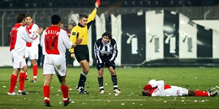 Bir maçta en fazla kırmızı kart gören takım: 2003-2004 sezonunda Beşiktaş-Samsunspor maçında 5 kırmızı kartla Beşiktaş.