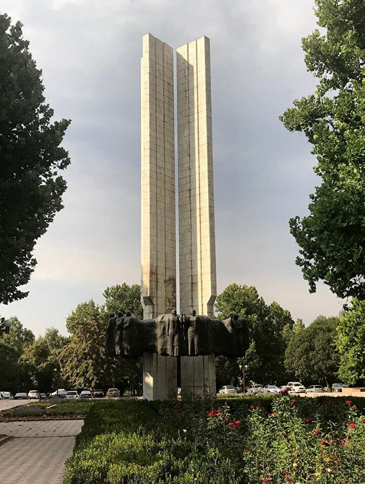 Başkent Bişkekte yaygın olarak daha çok Rusça konuşuluyor ve yazıda Kiril Alfabesi kullanılıyor.