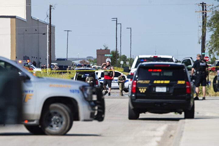 . Daha sonra polis otomobillerinin kapattığı yola giriş yapan saldırgan, polis araçlarına çarparak durdu.