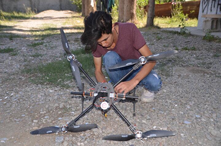 İlçenin Güngör Mahallesinde yaşayan 19 yaşındaki Tüner, büyük bölümünde hurda malzeme kullandığı hava aracını 4 ayda tamamladı.