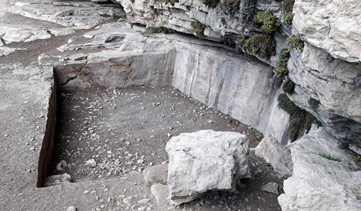 Kaya mezarlarının çevresinde ise yine o döneme ait, zeytinyağı çıkartmak ve üzüm ezmek için yapılmış işlik denilen havuz tipi yapıtlara da bulundu.