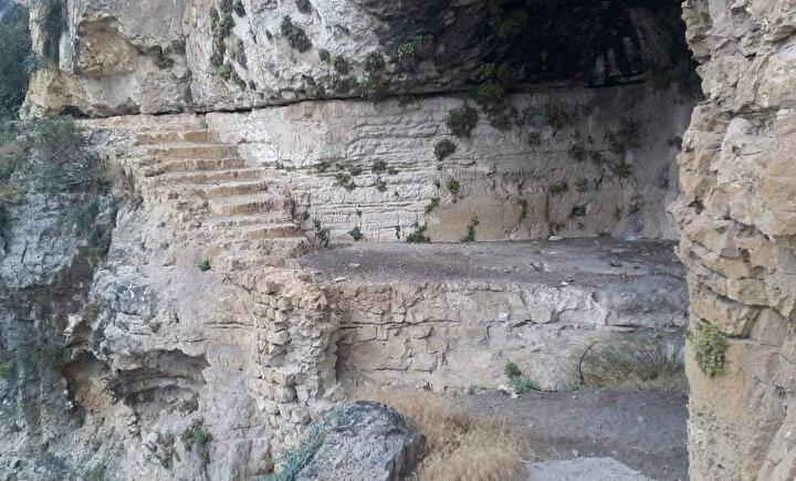 Kaya mezarlarının yanı sıra çevre mahallelerde de bu tür tarihi dönemlere ait kaya mezarları, lahitler ve çeşitli dönemlere ait Bizans askerlerini ve kuşları içeren kaya oymacılığı resimlerine rastlandı.