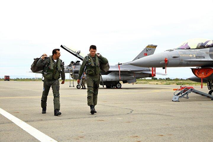 Pilotların hazırlanması, uçakların havalanması ve inişi basın mensuplarınca görüntülendi.