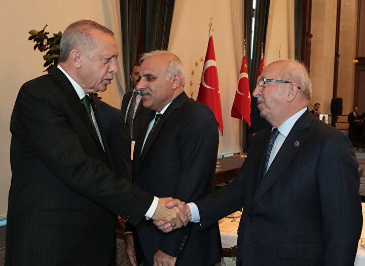 Erdoğan, Büyükşehir Belediye Başkanları ile tokalaştı.