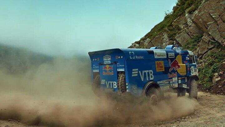 Dünyanın en tehlikeli yollarından biri olarak gösterilen, Trabzonun Çaykara ilçesini Bayburta bağlayan D-915 numaralı yol, şampiyon ralli otomobil pilotu Yağız Avcı ile Team Kamaz Master Pilotu Dmitry Sotnıkovun meydan okuma adlı yarış ve gösterine sahne oldu.