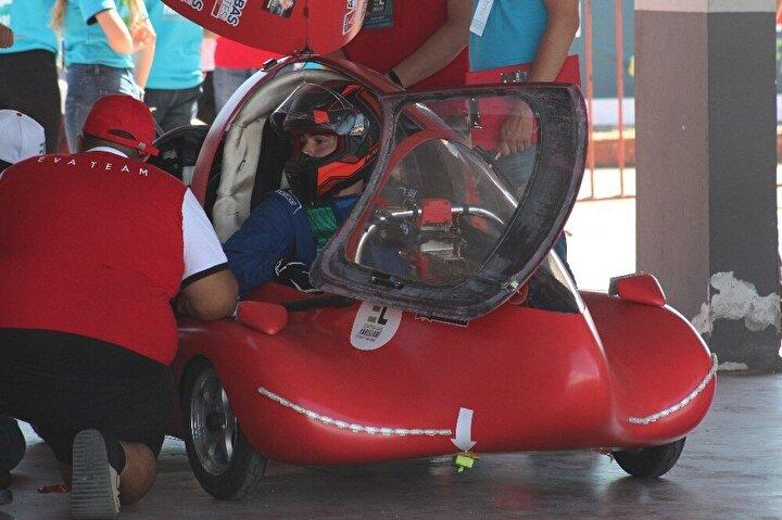 Yarışlarda takımlar ise büyük heyecan yaşadı. Araçları dereceye giren üniversite takımları, tezahüratlarla sevinçlerini paylaştı.