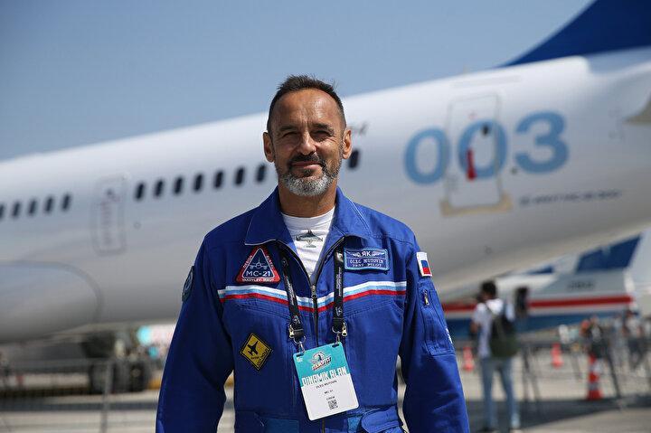Tam uzunluğu 42,20 metre olan uçağın kanat açıklığı 35,90 metre. Rusların test çalışmalarını sürdürmeye devam ettiği uçağın ilk uluslararası uçuşunu gerçekleştiren Rus Pilot Oleg Mutovin AA muhabirine açıklamalarda bulundu.