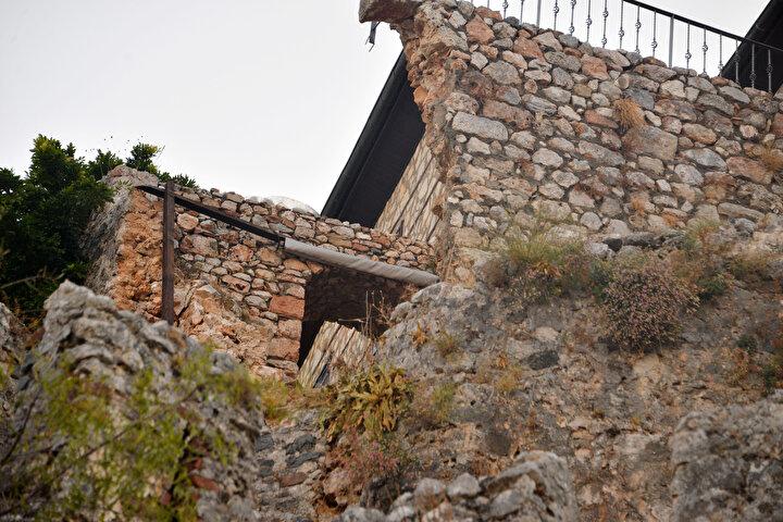 10 metreye yakın sur ve Walter Godinaya ait balkonun bir kısmının yıkılma sebebinin, Avusturyalı Godina'nın, surlara bitişik noktadaki evinden surlara pencere açması, balkon kısmına ve surların üzerine korkuluk yaptırması olduğu öne sürüldü. Walter Godinanın, tarihi sit alanı içinde olan alanda yaptığı tüm bu işlemler için izin almadığı belirtildi.