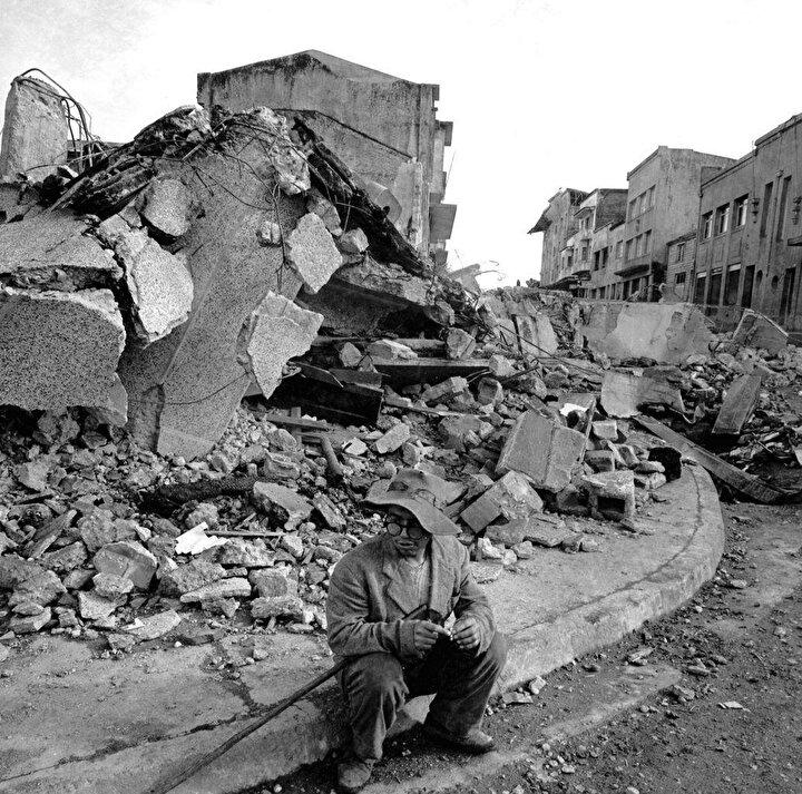 """""""Büyük Şili Depremi"""", tüm zamanların Richter ölçeğiyle ölçülmüş en büyük deprem. Deprem neticesinde oluşan, yüksekliği 10 metreyi bulan tsunami, 10 bin kilometrelik alana yayılarak Japonya ve Filipinler'e ulaştı. Deprem nedeniyle ölen insanların sayısının 2.000 kişiyi aştığı tahmin ediliyor."""
