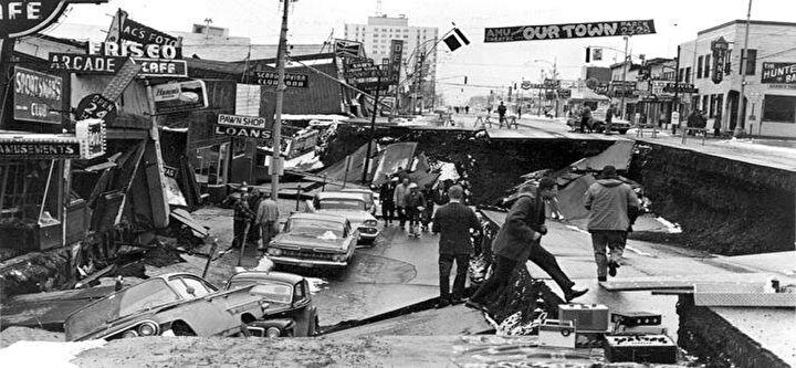 """Rusya'nın doğusunda 1952'de meydana gelen depremin büyüklüğü 9,0 olarak ölçüldü. Depremin yaşandığı Kamçatka bölgesi Avustralya, Asya ve Amerika kıtaları arasındaki deprem levhalarının bulunduğu ve sık sık sismik aktivitelerin yaşandığı """"Pasifik Ateş Çemberi"""" adlı bölgenin kuzey ucunda yer alıyor."""