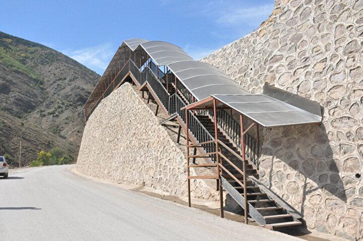 Araçla yaklaşık 5 kilometre yol mesafesi ile ulaşılan yurt binası için 550 basamaklı merdivenli yaya yolu da yapıldı.
