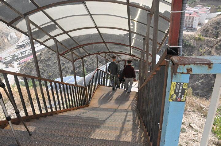 """Gazetecilik Bölümü öğrencisi Gökhan Kaya da, """"Gerek okul olsun, gerek yurt merdivenleri olsun çok fazla merdiven var. Kışın gerçekten zorlaşıyor. Çünkü merdivenler kayganlaşmaya başlıyor, tehlikeli oluyor. Aktarmalı olarak geliyoruz aktarma sırasında tabi zorlanıyoruz daha modern bir ulaşım olmalı dedi."""