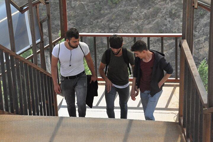 Gümüşhane Üniversitesi Edebiyat Fakültesi 1inci sınıf öğrencisi Tayfun Aslan, yurt ile okul arasında yaya ulaşımı sağlamak için yapılan merdivenin çok yorucu olduğunu belirterek, şunları söyledi: