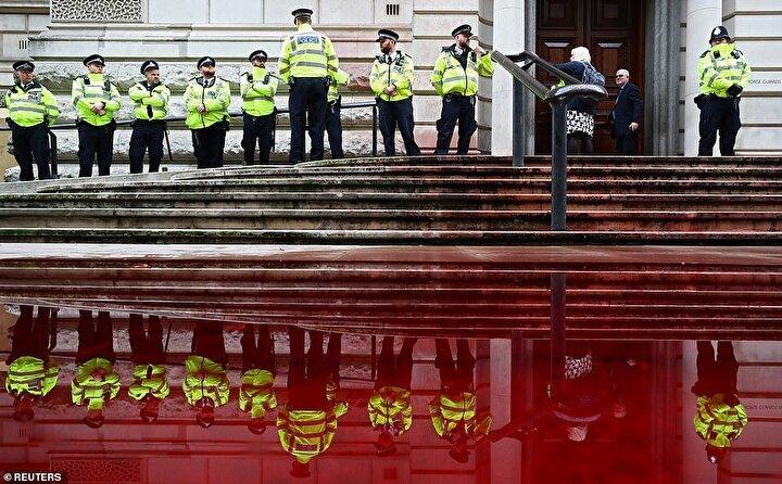 İngilterede, hükümetin iklim değişikliği ile mücadele yolunda daha fazla adım atması gerektiğini savunan Extinction Rebellion (Yokoluş İsyanı)  hareketi dün renkli bir protesto gerçekleştirdi.