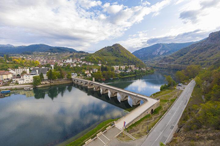 Bosna Hersekteki Sokollu Mehmed Paşa ya da diğer adıyla Drina Köprüsü bugün de tüm ihtişamıyla ayakta durmaya devam ediyor.