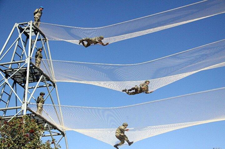 Komandolar kulenin 46 metrelik bölümünden 'kaplan','örümcek' 'kalça' adı verilen yöntemlerle iniş yapıyor.