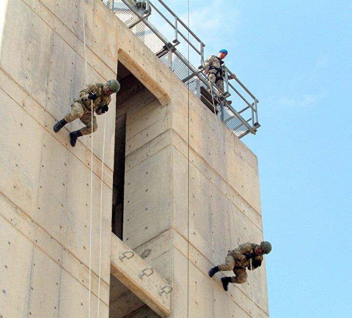 Mavi bereliler meskun mahal eğitimleri kapsamında, hareketli şekilde 10,15,20 ve 25 metreden önce MPT 55 silahıyla, daha sonra tabancalarıyla belirlenen hedefleri 12'den vurdu.