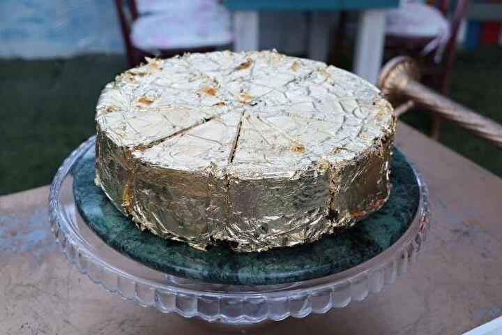 Yenilebilen altın pasta, bugün İstanbulda başlayacak 17nci Bayim Olur musun Franchising ve Markalı Bayilik Fuarında görücüye çıkacak. 56 bin lira ile Türkiyenin en pahalısı olduğu belirtilen pastanın dilimi, fuarda 6 bin 750 liradan satışa sunulacak.