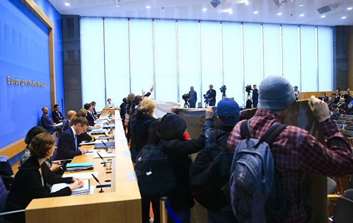 Federal Basın Merkezindeki basın toplantısını basarak, ellerindeki pankartları açan terör örgütü yandaşları, sözde basın bildirisini de okudu.