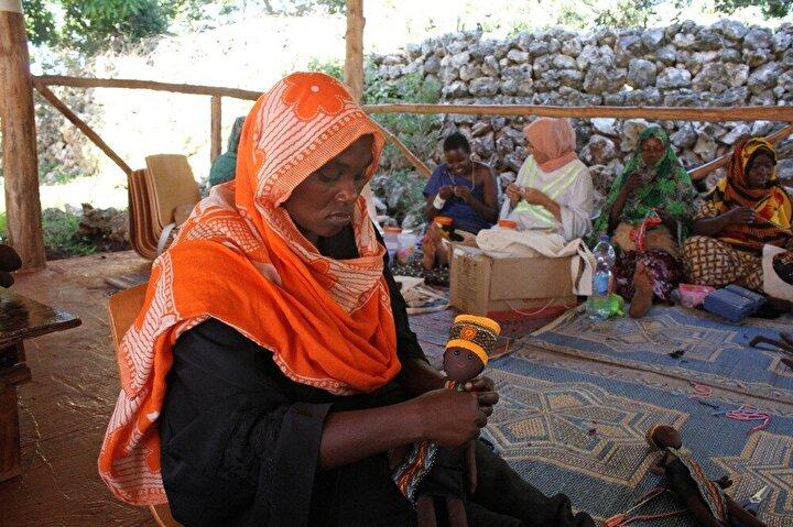 Türk gönüllülerin girişimiyle kurulan Assalam Vakfının Zanzibardaki eğitim kampüsünde çocuklar eğitim görürken, anneleri ise yine aynı kampüs içerisindeki atölyelerde oyuncak bebek, giysi ve çeşitli yöresel ürünler yapmayı öğrenerek hem meslek ediniyor, hem de yaptıkları ürünlerden aile bütçesine katkı sağlıyor.