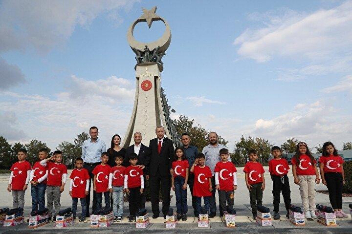 Cumhurbaşkanı Erdoğan, İstanbul dönüşünce Cumhurbaşkanlığı Külliyesi önünde bulunan 15 Temmuz Şehitler Anıtını ziyaret eden öğrencileri görünce aracından inerek öğrencilerin yanına gitti.