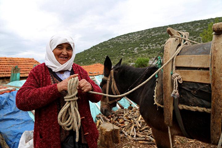 Günün sonunda kazandığı 60 lirayla hem katırını besleyen hem de torunlarına yardım eden Namalan, eşinden kalan emekli maaşıyla da evinin ihtiyaçlarını karşılıyor.