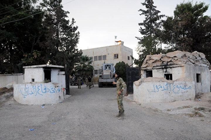Stratejik tepenin yanı sıra Tel Abyad ilçe merkezi ve kırsalında da yine teröristler tarafından mevzi ve karargaha dönüştürülen çok sayıda bina ve stratejik nokta da harekat kapsamında imha edildi.
