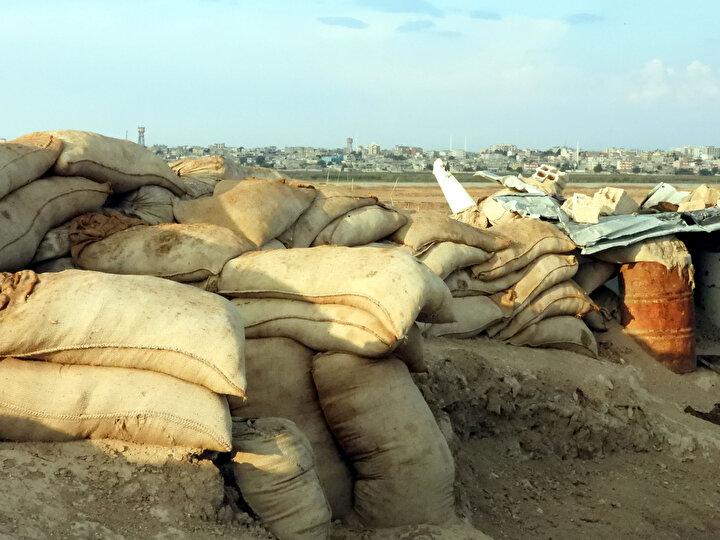 Akçakalenin karşısında bulunan Tel Abyad kenti Suriye iç savaşının ardından önce muhaliflerin ardından terör örgütü DEAŞ son olarak da 2015 yılında terör örgütü PKKYPGnin kontrolüne girdi. Teröristler işgal ettikleri kentteki sivilleri göçe zorlarken, zaman zaman Türkiyeye yönelik saldırılar düzenledi.