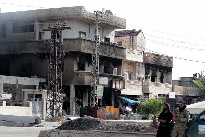 İlçe merkezi tamamen kontrol altına alınırken, teröristlerin kaçarken ev ve iş yerlerini ateşe verdikleri gözlendi.