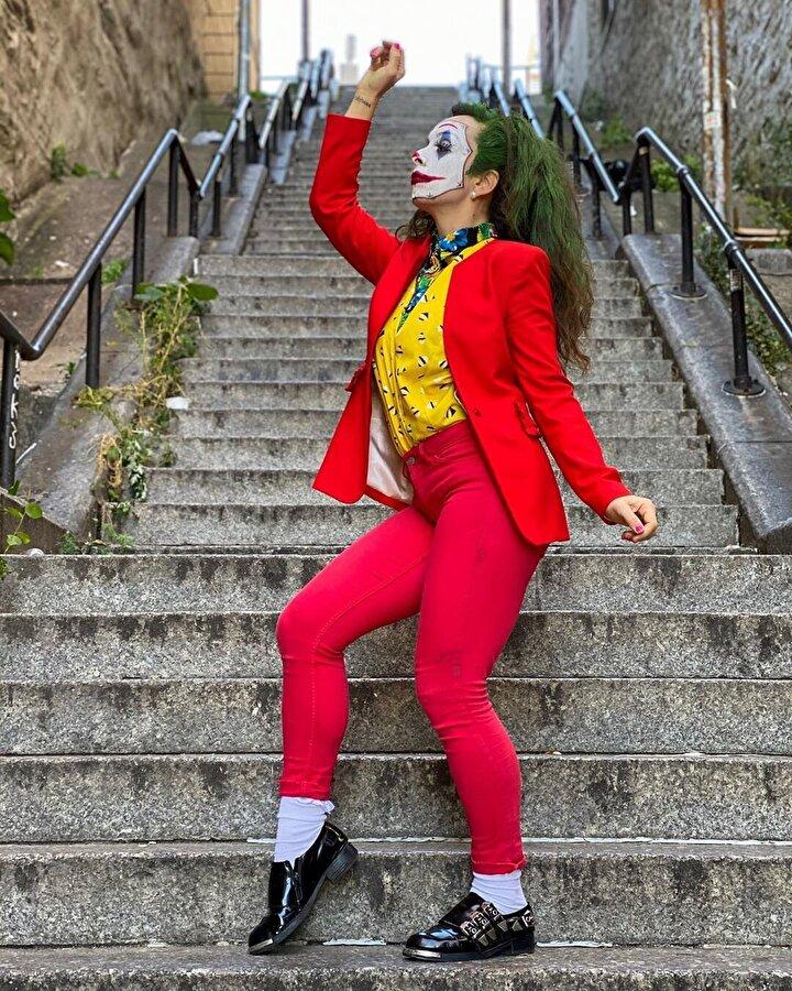 Film bu kadar popüler olunca pek çok kişi de, Joker'in dans ettiği merdivenlerde fotoğraf çektirmeye başladı.
