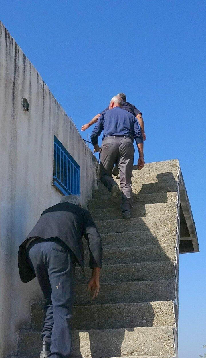 Telefonla konuşabilmek için çatılara, tepelere tırmanıyorlar