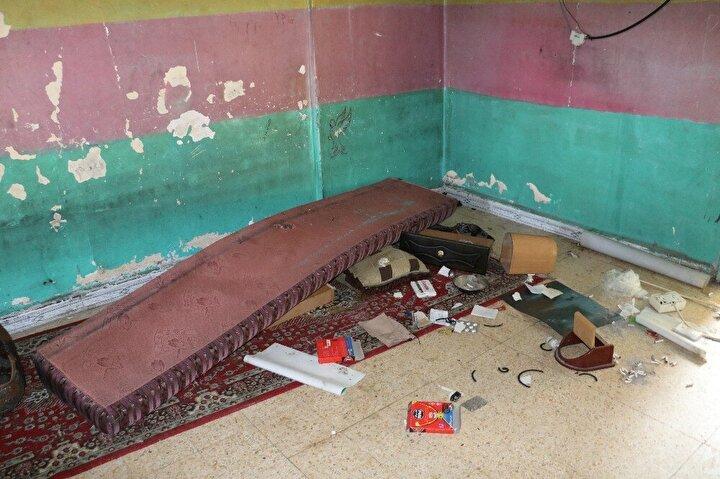 SMO askerleri, teröristlerin fotoğraflarını duvarlardan sökerek yere attı. Birçok odadan oluşan sözde karargahların yatmak için de kullanıldığı gözlendi.