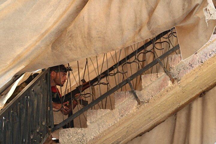 Kum torbaları ile kapatılan yerlerden ise Türkiye tarafının gözlendiği belirlendi.