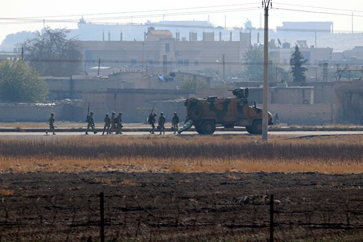 Türkiyenin güney sınırında oluşturulmaya çalışılan terör koridorunu yok etmek, bölgeye barış ve huzur getirmek amacıyla Türk Silahlı Kuvvetleri (TSK) tarafından Suriyenin kuzeyinde YPGPKK ve DEAŞ terör örgütlerine karşı başlatılan ve Suriye Milli Ordusu (SMO) askerlerince desteklenen Barış Pınarı Harekatı kapsamında, terörden arındırılan Tel Abyadda askeri hareketlilik yaşanıyor.