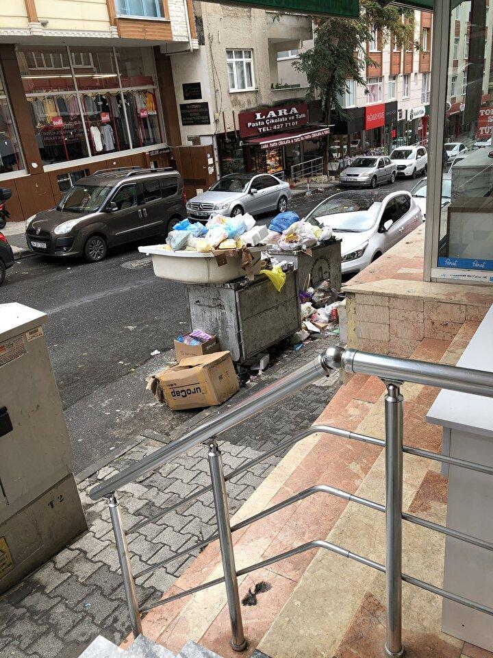 Ayrıca çok sayıda taşeron işçi işten çıkartıldı. Bunun üzerine yeni bir grev kararı alındı. 3 gündür devam eden grevde ilçe sakinleri çöp atacakları konteyner bulamadı.