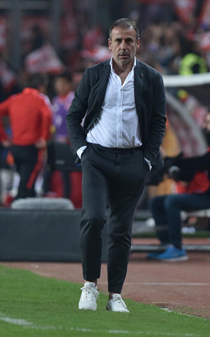 Abdullah Avcı sistemde ısrar ediyordu, 4-3-3 oynuyordu ve bir türlü olmuyordu. Şimdi Umuta yakın olarak Diabyyi oynattı. Beşiktaşın tek problemi var, Rebocho çok yalnız kalıyor.